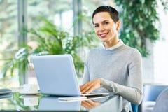 Femme d'affaires réussie Working dans le bureau photographie stock libre de droits