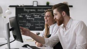 Femme d'affaires réussie Working dans le bureau pour la réunion ou la planification de discussion