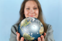 Femme d'affaires Reaching The World photographie stock