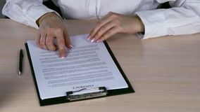 Femme d'affaires Reading Contract Paper au bureau clips vidéos
