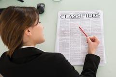 Femme d'affaires Reading Newspaper image libre de droits