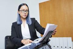 Femme d'affaires recevant le fax image stock