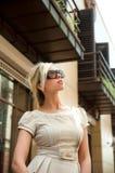 Femme d'affaires recherchant dans des lunettes de soleil Image stock