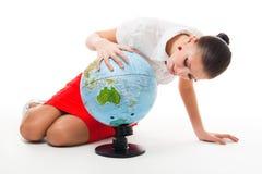 Femme d'affaires recherchant le comté sur le globe Image libre de droits