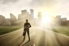 Femme d'affaires recherchant un nouvel avenir Image libre de droits