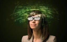 Femme d'affaires regardant des calculs de pointe de nombre Photographie stock