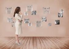 Femme d'affaires regardant l'interface futuriste en noir et blanc image libre de droits