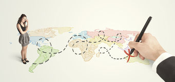 Femme d'affaires regardant la carte et itinéraire dessiné à la main Images libres de droits