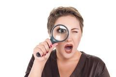 Femme d'affaires regardant par la loupe photo stock