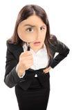 Femme d'affaires regardant par une loupe Photos stock