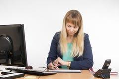 Femme d'affaires regardant sa montre et programme du jour ouvrable image libre de droits