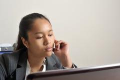 Femme d'affaires regardant son écran d'ordinateur portable Photo stock