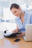 Femme d'affaires regardant son journal intime et sourire Image libre de droits