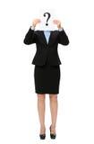 Femme d'affaires remettant le point d'interrogation devant le visage Image stock
