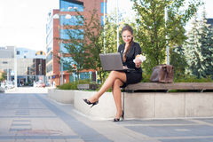 Femme d'affaires rendant le déjeuner extérieur images stock