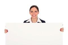 Femme d'affaires retenant l'affiche blanc Image stock
