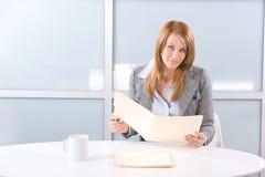 Femme d'affaires retenant les documents juridiques Photographie stock libre de droits