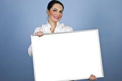 Femme d'affaires retenant un signe blanc Images libres de droits