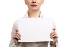 Femme d'affaires retenant une page blanc Photographie stock