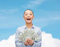 Femme d'affaires riante avec l'argent d'argent liquide du dollar Images libres de droits
