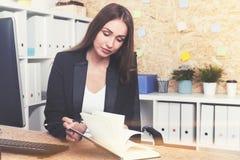 Femme d'affaires sérieuse avec un planificateur Images libres de droits