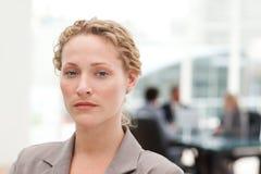 Femme d'affaires sérieuse dans son bureau images stock
