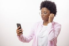 Femme d'affaires sérieuse de mode passant le temps sur écouter la bande préférée photos libres de droits