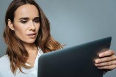 Femme d'affaires sérieuse futée regardant l'écran d'ordinateur portable Images libres de droits