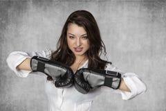 Femme d'affaires sérieuse prête à combattre Photo stock