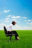 Femme d'affaires sérieuse regardant vers l'avant Image stock