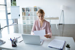 Femme d'affaires sérieuse travaillant avec des documents Images stock