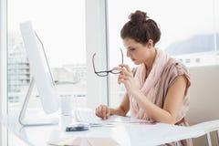 Femme d'affaires sérieuse travaillant avec la roue de couleur images stock