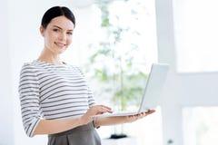 Femme d'affaires sûre futée à l'aide d'un ordinateur portable Photos stock