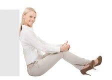 Femme d'affaires s'asseyant à côté du copyspace image stock