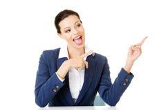 Femme d'affaires s'asseyant au bureau et se dirigeant sur la station thermale vide de copie Photo stock