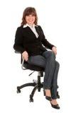 Femme d'affaires s'asseyant dans la présidence de bureau images stock