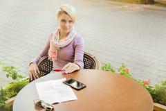 Femme d'affaires s'asseyant dans le café à la table Photos libres de droits