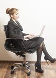 Femme d'affaires s'asseyant sur la chaise avec le carnet images libres de droits