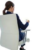 Femme d'affaires s'asseyant sur la chaise et ayant le verre de l'eau photos stock