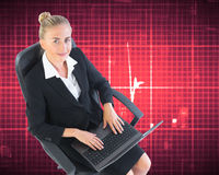 Femme d'affaires s'asseyant sur la chaise pivotante avec l'ordinateur portable Images libres de droits
