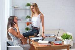 Femme d'affaires s'asseyant sur la table avec la tasse de café Photographie stock