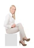 Femme d'affaires s'asseyant sur le copyspace Image stock