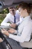 Femme d'affaires s'asseyant sur un siège de passager dans la voiture photographie stock libre de droits