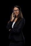 Femme d'affaires sûre attirante à l'aide du smartphone Image libre de droits