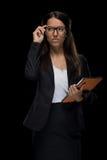 Femme d'affaires sûre attirante dans des lunettes tenant le comprimé numérique Photos libres de droits