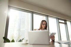 Femme d'affaires sûre travaillant avec le comprimé Photos stock