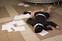 Femme d'affaires sans vie dans un bureau Photos libres de droits