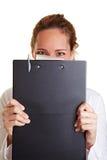 Femme d'affaires se cachant derrière Image stock