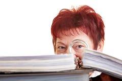 Femme d'affaires se cachant derrière des fichiers Images stock
