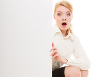 Femme d'affaires se cachant derrière la bannière vide de l'espace de copie Images stock